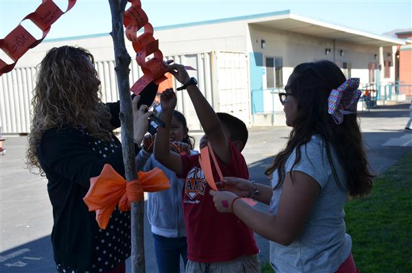 Students make chain of kindness